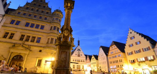 The-city-square-area-at-night-in-Rothenburg-ob-der-Tauber